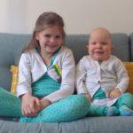 trots met grote zus in dezelfde kleren ;-)